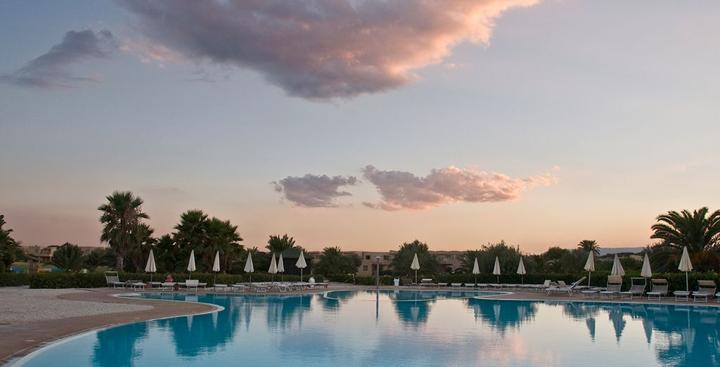 Oubliez tout en admirant le coucher du soleil au bord de la piscine