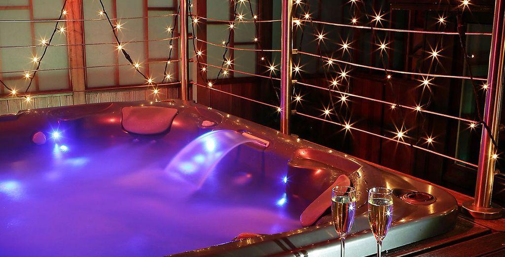 Offrez-vous un instant privilégié dans le bain à remous du toit-terrasse...
