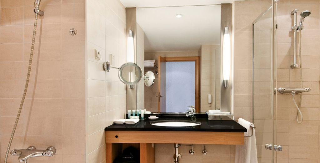 ... Profitez de votre chambre élégante mais aussi de sa belle salle de bain...