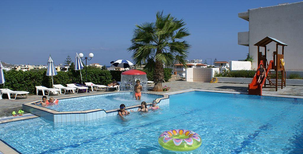 Une piscine enfant est également disponible prolongée d'une pataugeoire