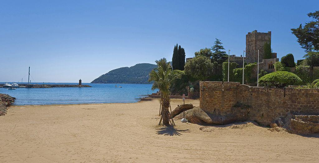 Flânez sur la plage face aux eaux translucides de la Méditerranée