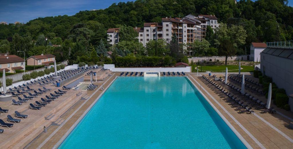 Profitez des nombreuses infrastructures de l'hôtel comme l'immense piscine extérieure...