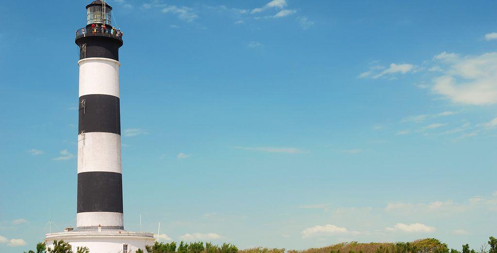 Vous découvrirez également de beaux paysages avec leurs symboles locaux : ici le phare de Chassiron