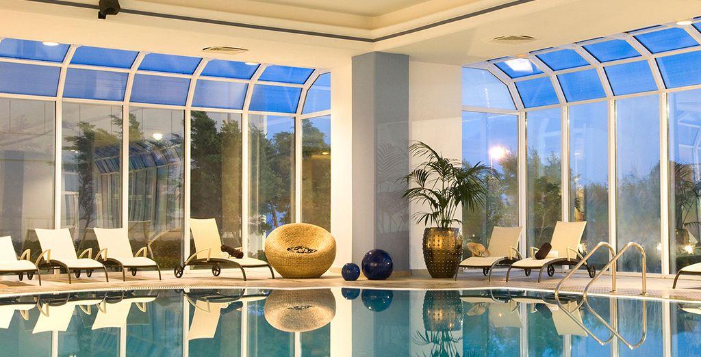 Et la piscine intérieure vous séduira par son charme