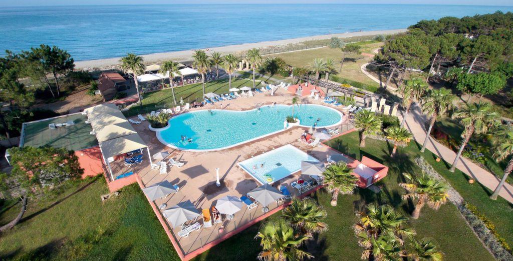 Avec au choix : détente sur la plage ou au bord de la piscine...