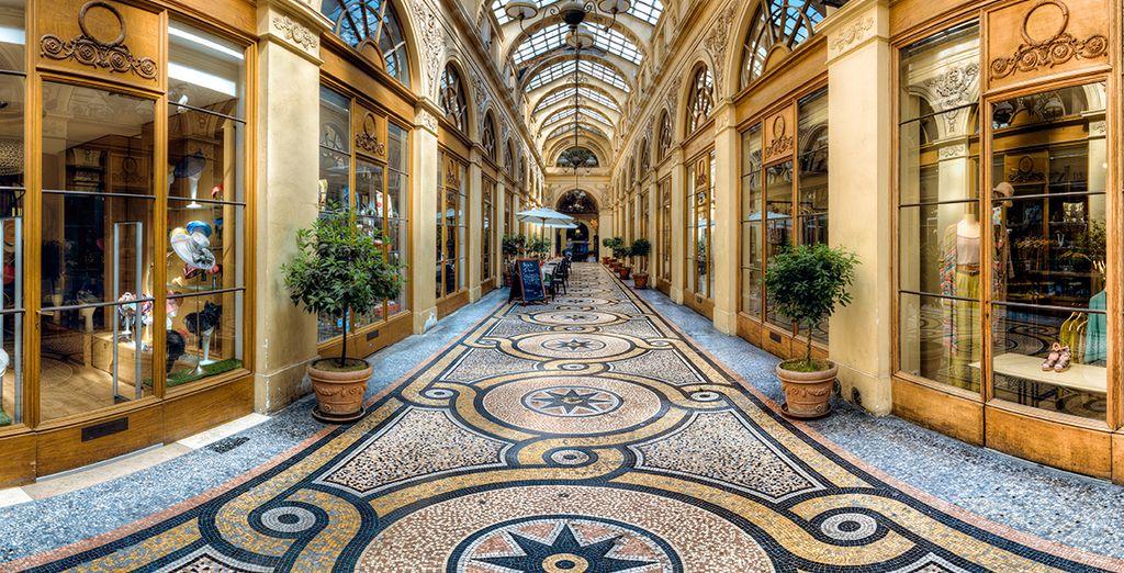 À travers ses splendides galeries...