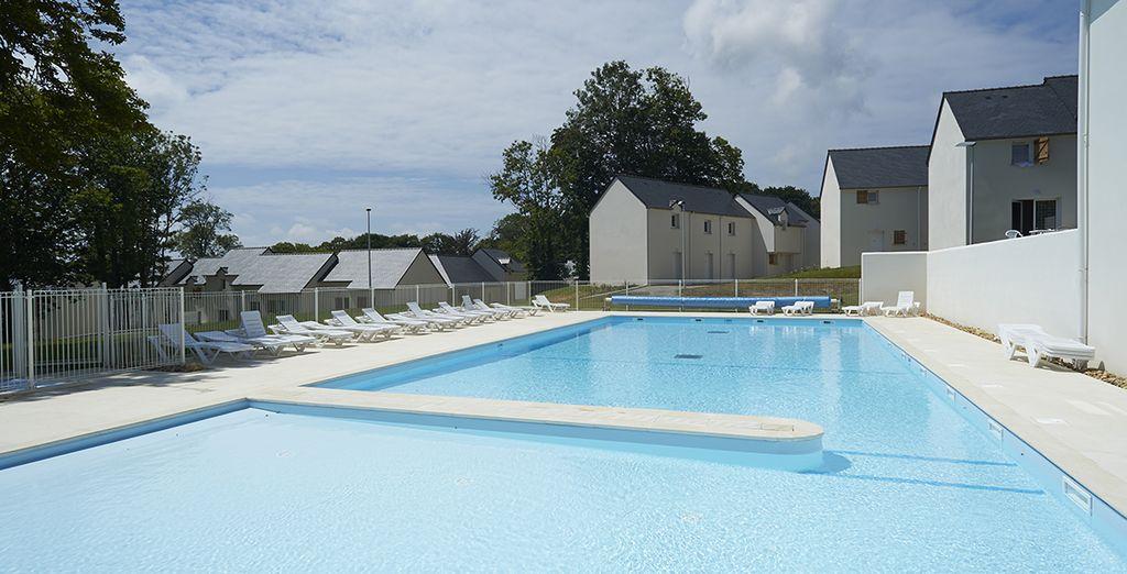 Profitez de la piscine extérieure pour prendre le soleil