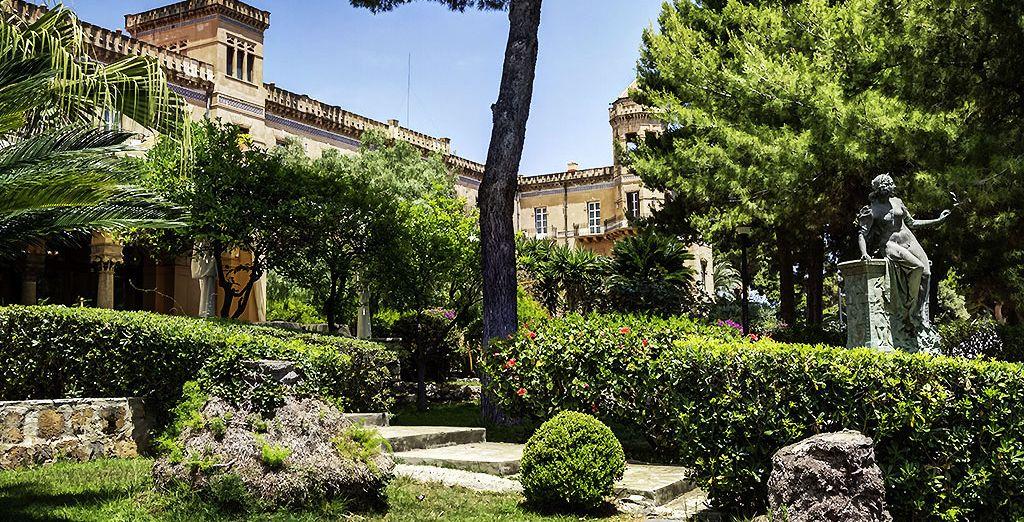 Niché dans un jardin luxuriant...