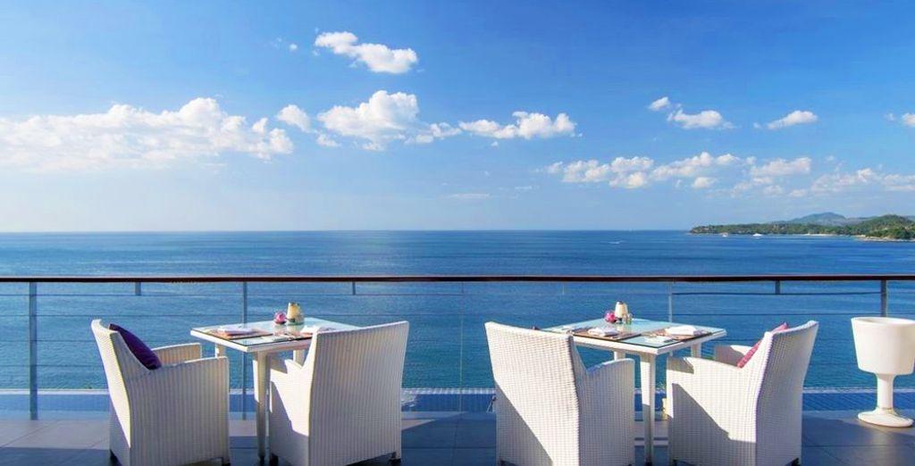 Sirotez un cocktail tout en contemplant l'océan
