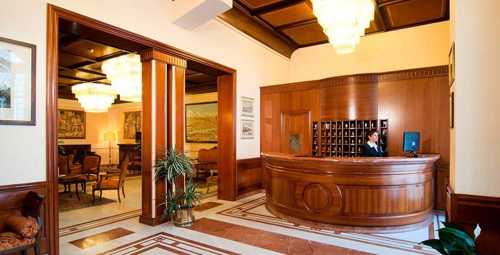 Installez-vous à l'hôtel Pierre, décoré dans un style classique