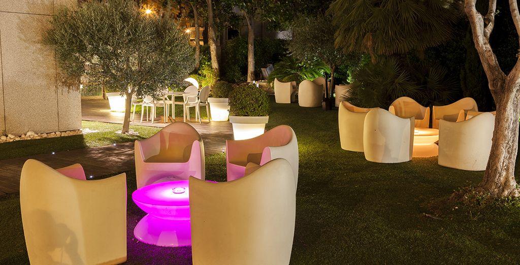 Le soir venu, vous apprécierez le jardin de l'hôtel...
