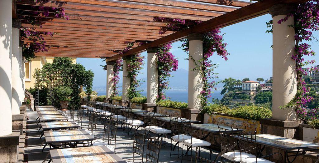 Comme sur la terrasse florale offrant une vue sublime