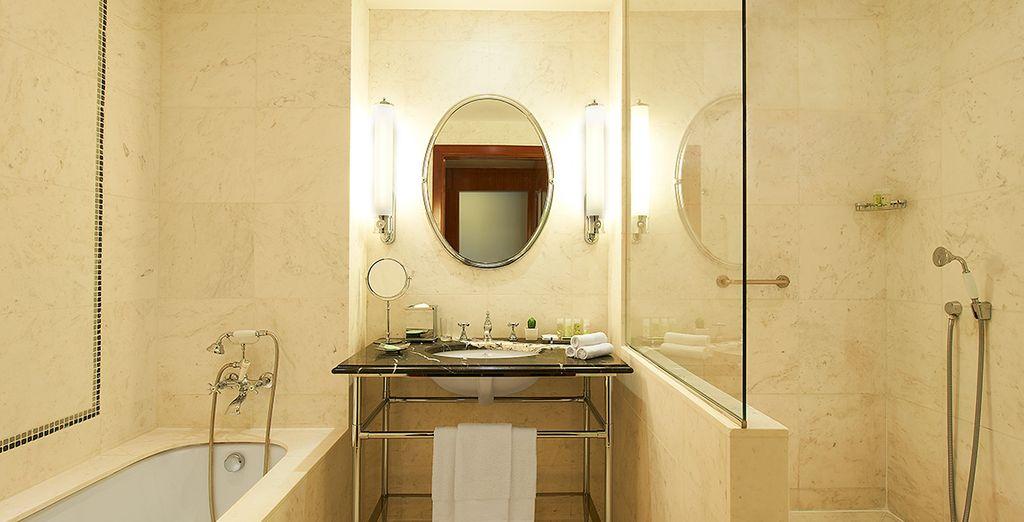 Equipée d'une salle de bain à la fois moderne et vintage...