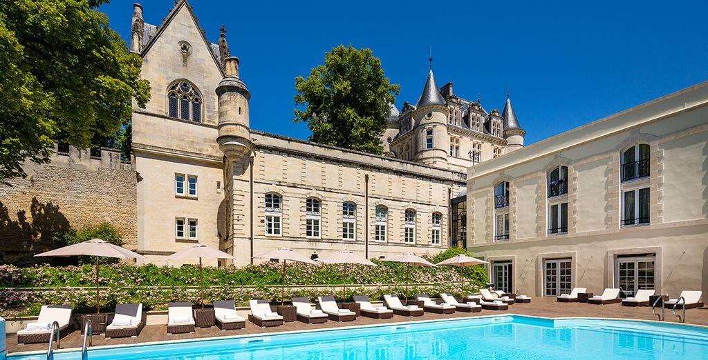 Et prenez place au sein du superbe Château de Mirambeau...
