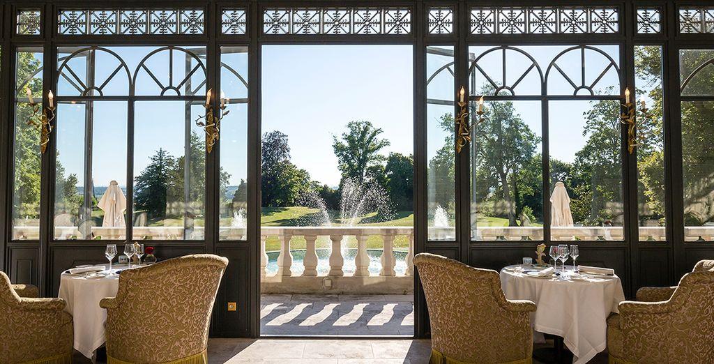 Profitez de la véranda pour déjeuner face au parc, sous les doux rayons du soleil