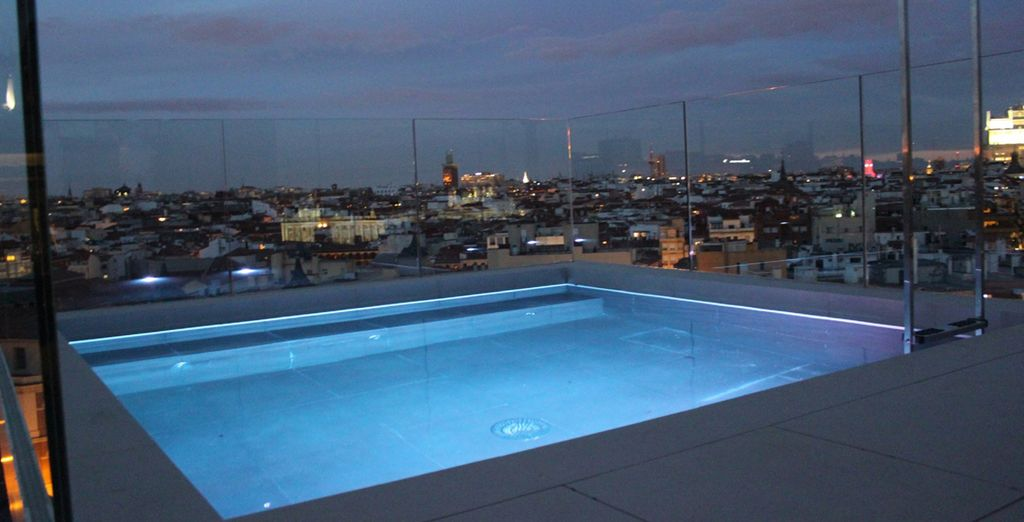 Si le temps le permet, un plongeon dans la piscine sur le toit vous fera le plus grand bien