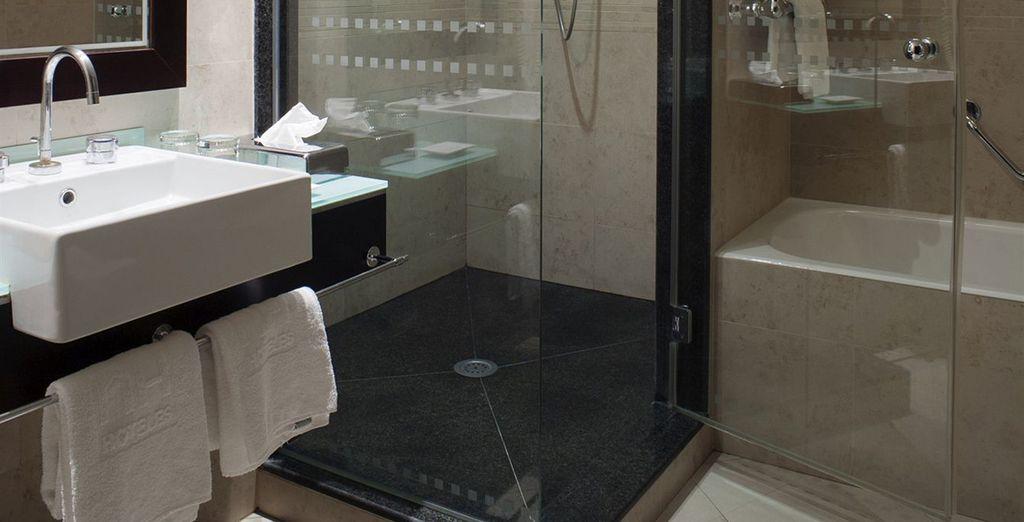 Et profitez d'une salle de bain moderne et équipée...