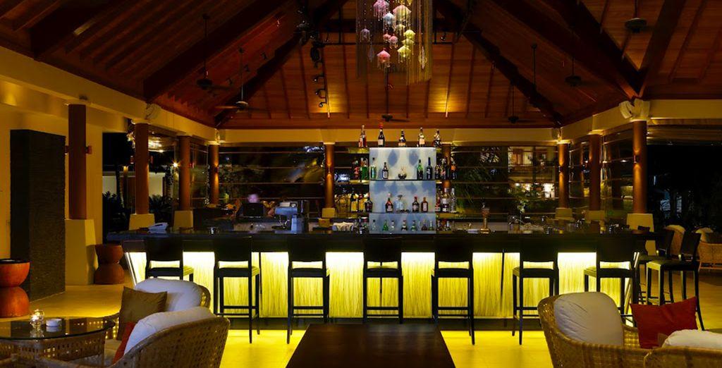 Ou sirotez un cocktail dans l'ambiance exotique du bar