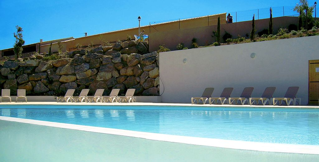 Rendez-vous à la piscine, une oasis relaxante entre nature verdoyante et eaux turquoise