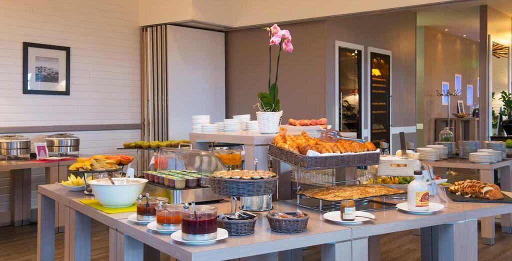 Le matin, savourez un délicieux petit-déjeuner servi sous forme de buffet