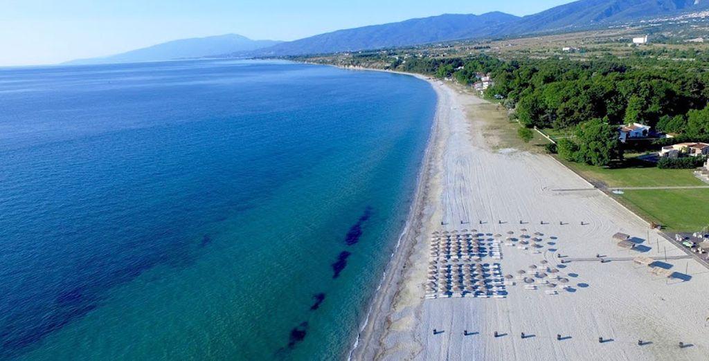 Baladez-vous le long de la plage et glissez vos pieds dans le sable chaud...