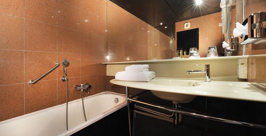 Accompagnée d'une salle de bains parfaitement équipée