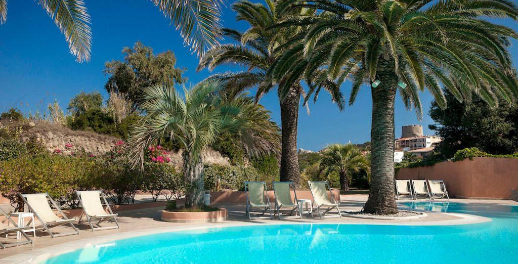 Prenez un bain de soleil dans la belle piscine de l'hôtel