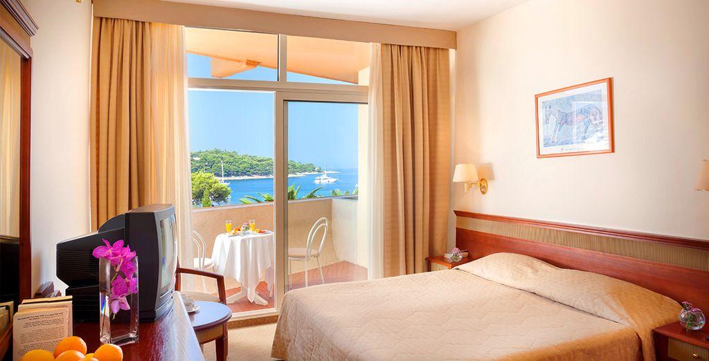 Vous aurez le choix de votre chambre : Standard, Supérieure Vue mer latérale ou Vue mer frontale