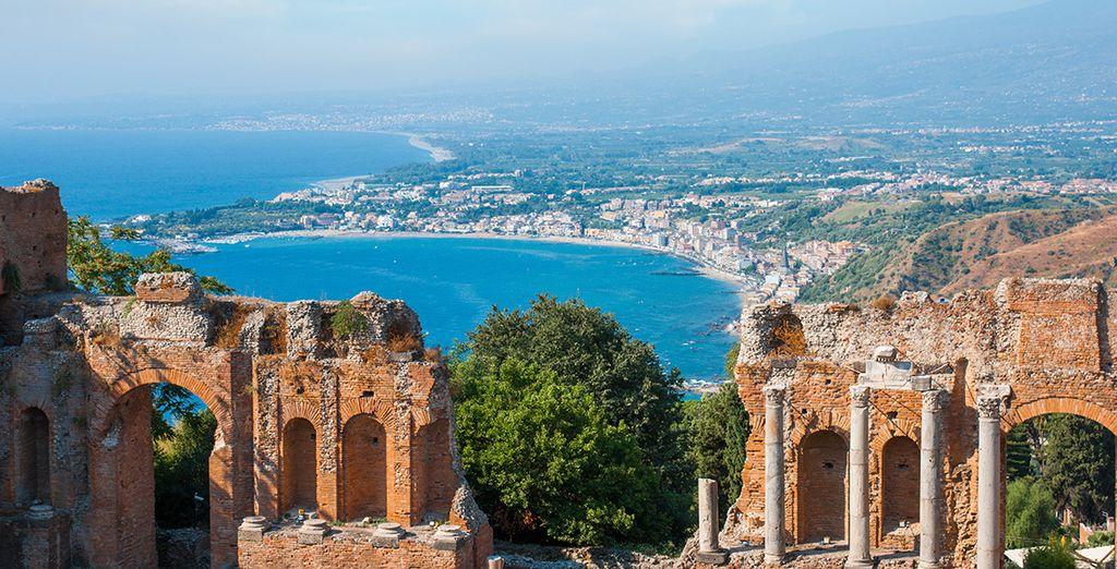 Grâce à la location de voiture, filez en direction de la baie de Taormine