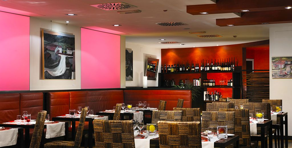 Découvrez l'ambiance colorée du restaurant le midi