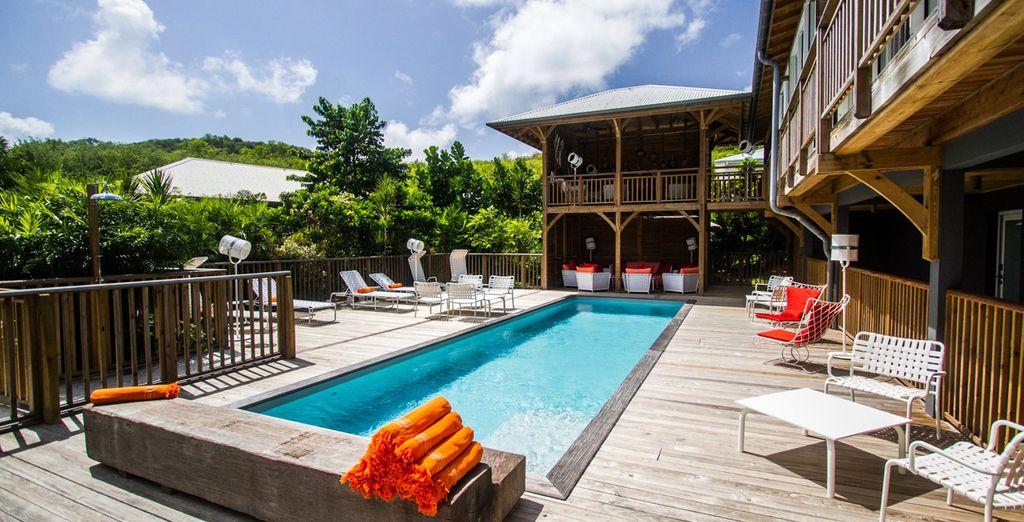 Hôtel haut de gamme avec piscine extérieur et espace détente avec vue sur les plages de sable blanc et végétations luxuriante