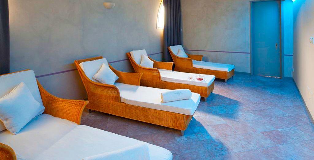 Prélassez-vous sur un confortable transat dans la salle de relaxation