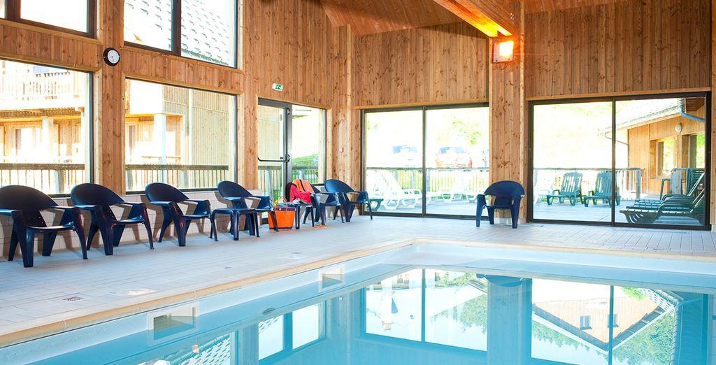 Vous pourrez vous relaxer à la piscine intérieure...
