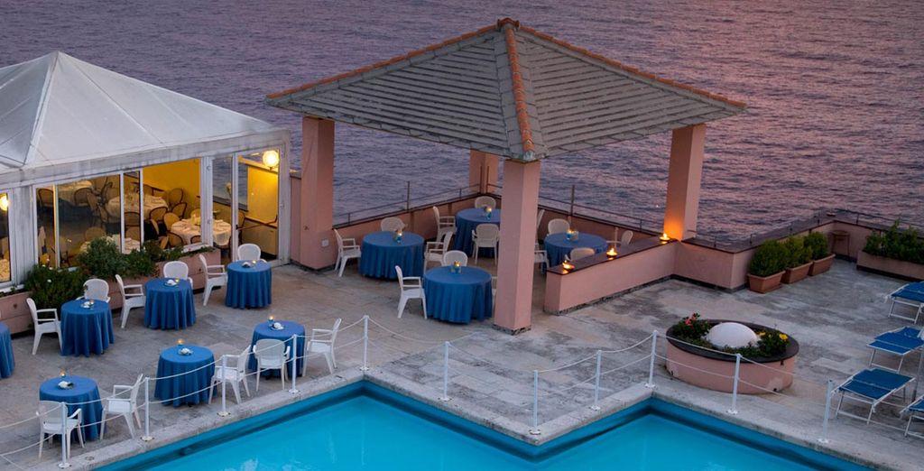 Le soir venu, admirez le coucher de soleil depuis la terrasse de l'hôtel