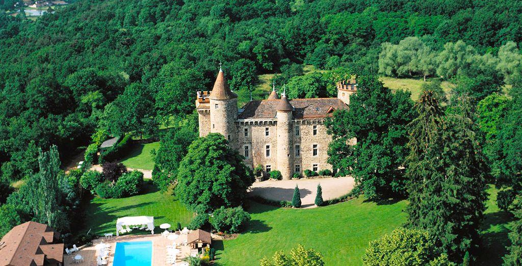 Location de vacances en Auvergne au coeur d'un château 5 étoiles au beau milieu de la nature, avec piscine et espace détente