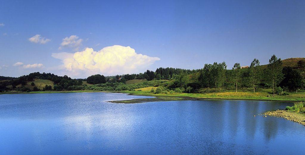 Paysage de l'Auvergne, lacs et plaines verdoyantes