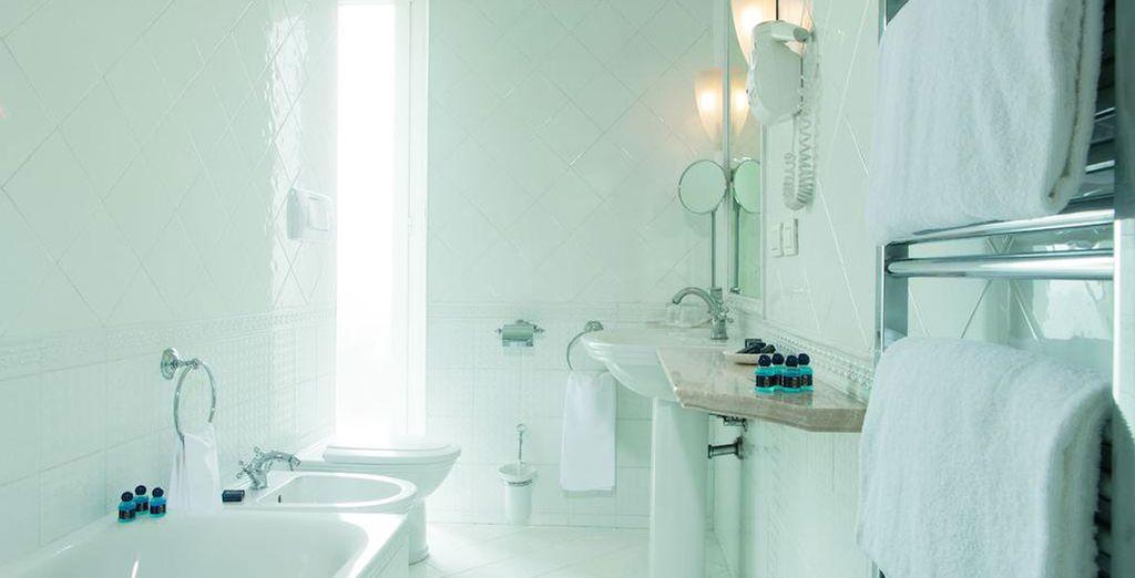 Avec une salle de bain lumineuse et tout équipée