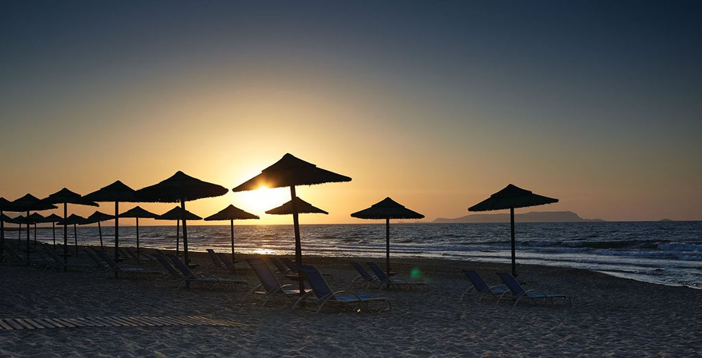 Admirez le coucher de soleil sur la plage à quelques pas
