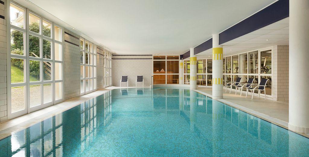 Partagez des moments délassants dans la piscine intérieure...