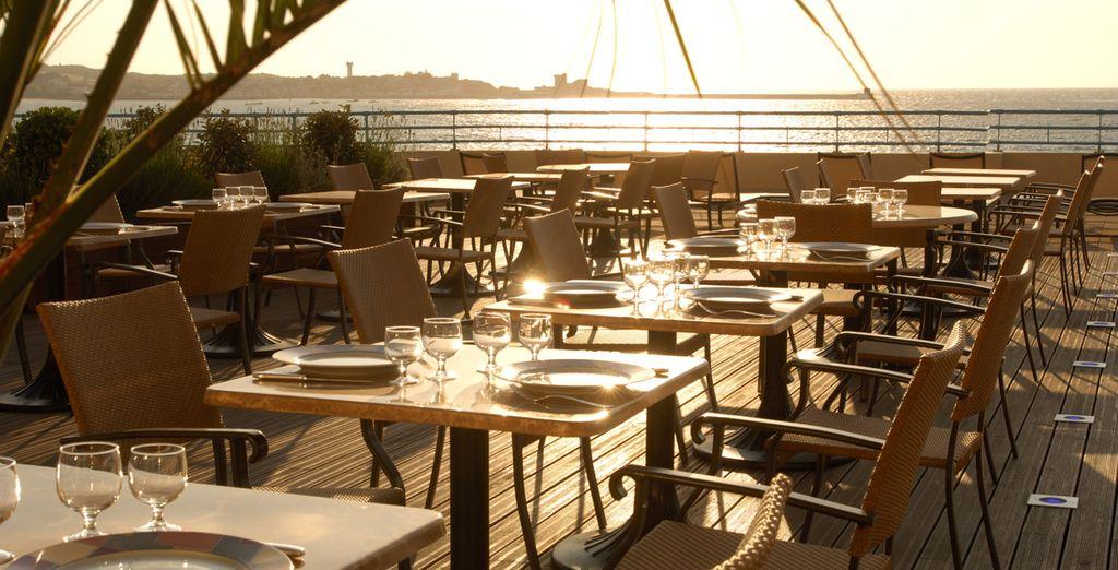 Ou face à l'océan sur la terrasse panoramique du restaurant l'Atlantique