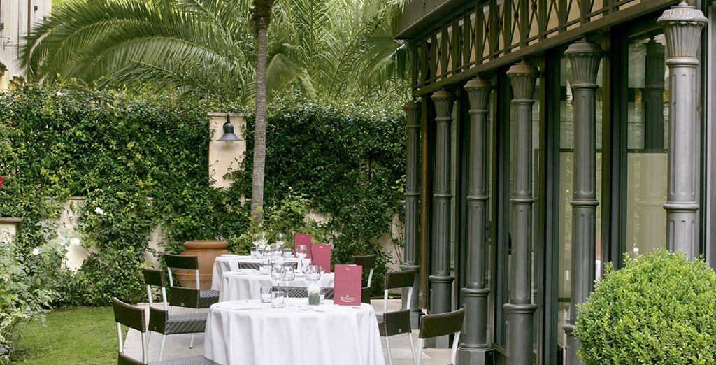 Commandez les spécialités de la maison en terrasse...