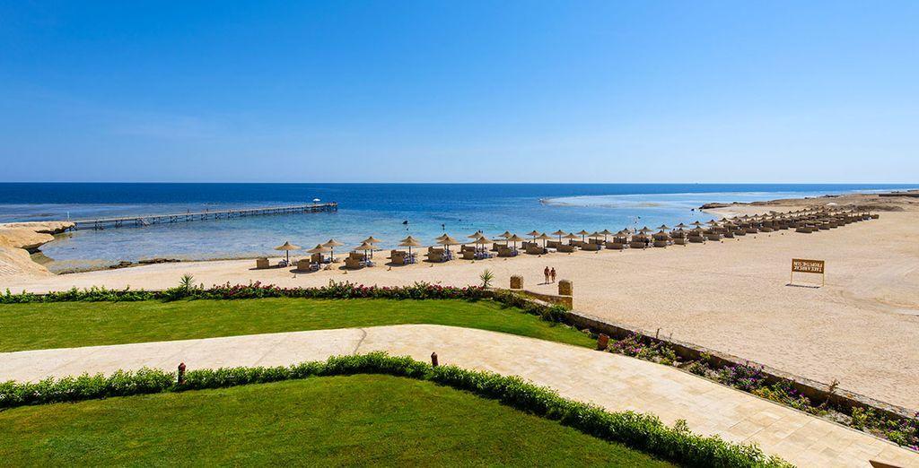 et immense plage de sable blanc.
