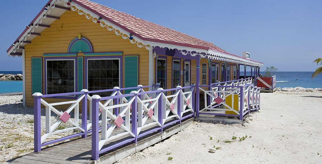 Rafraichissez-vous dans l'un des bars au bord de la plage