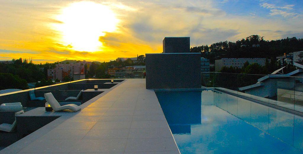 Puis direction la piscine extérieure sur le toit où la vue vous séduira