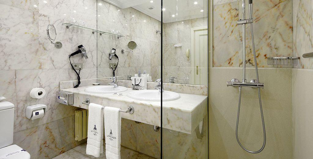 Avec une salle de bains en marbre