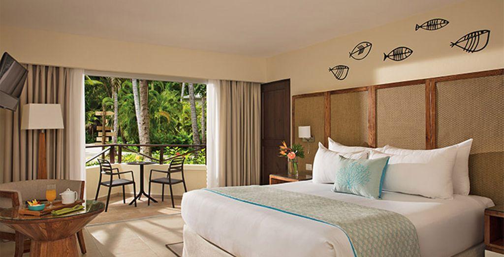 Profitez de l'intérieur spacieux de la chambre Deluxe Tropical View
