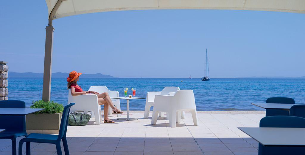 Appréciez des moments de détente face à la mer, depuis la terrasse.