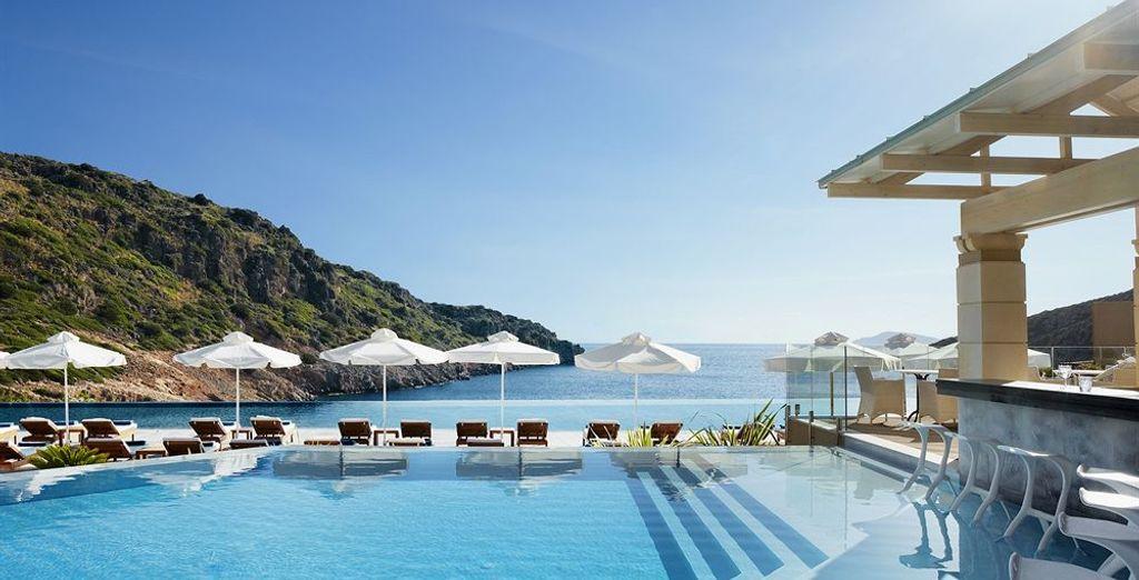Prélassez-vous autour de la majestueuse piscine à débordement