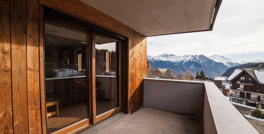 Notre coup de cœur ? La terrasse et sa vue imprenable sur les massifs...