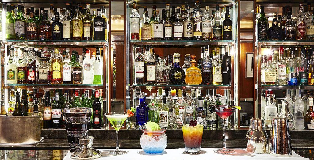 Faites une pause au bar et dégustez la meilleure sélection de cocktails et de vins